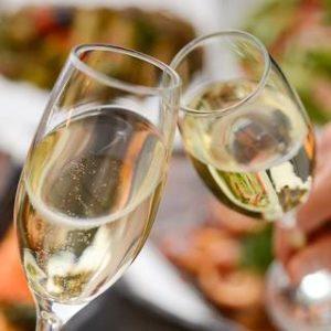 大人の女子会にも!酸味たっぷりトマトお好み焼きとスパークリングワインの相性は抜群