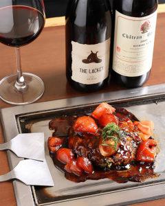 酸味たっぷりトマトお好み焼きとワインの相性は抜群。